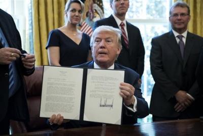 ▲도널드 트럼프 미국 대통령이 20일(현지시간) 수입산 철강을 조사하도록 하는 행정멍령에 서명했다. 출처 = EPA연합뉴스