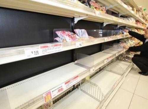 ▲일본 한 대형 슈퍼마켓의 텅 빈 감자칩 선반. 산요신문