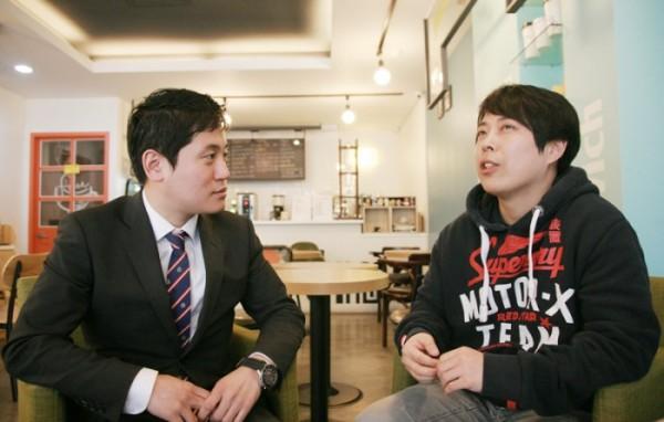 ▲11일 서울 서초동의 한 카페에서 박건호(왼쪽) 변호사와 이상민 변호사가 만나 창업자로 살아가는 얘기를 나눴다. 이 변호사는 3년 전 법률 스타트업 '헬프미'를 만들었고, 박 변호사는 지난달 축구선수 에이전시 '굿스톤즈'를 창업했다.