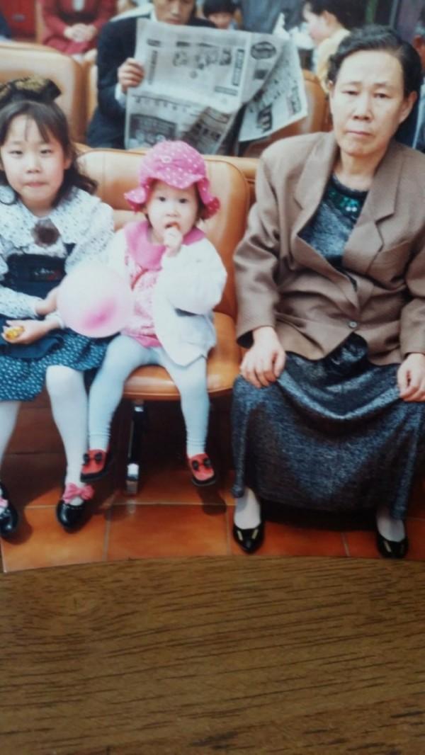 ▲손녀 딸들과 어머니(양복희 동년기자)