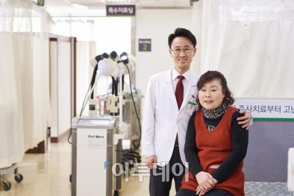 ▲강서나누리병원 배정식 병원장과 환자 이미정씨.(브라보마이라이프DB)