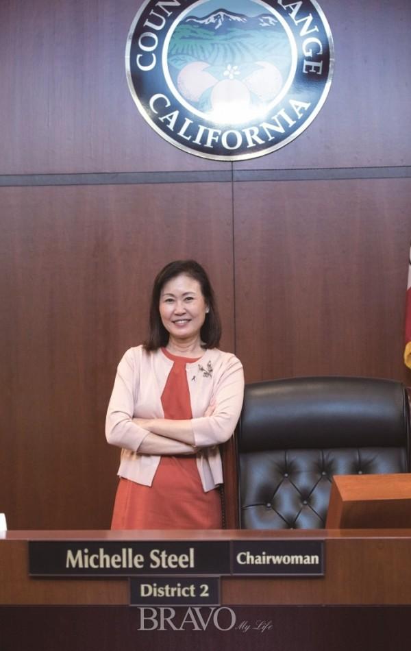 ▲오렌지카운티 정부 청사 본회의실. 자신의 위원장석에 기대 선 박위원장(하혜연 LA통신원)
