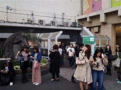 ▲도쿄 시부야역 인근에 설치된 개방형 흡연공간.