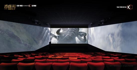 ▲CJ CGV의 스크린X 기술을 활용한 '킹아서, 제왕의 검' 영화 한 장면. 91미터 대형 코끼리가 거대한 코를 휘두를 때 관객 머리 위를 휘두르는 듯한 착각을 불러일으키게 한다.(사진제공= CJ CGV)