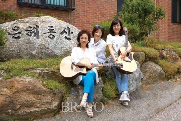 ▲봉사활동을 위해 은혜동산을 방문한 민들레트리오(박규민)