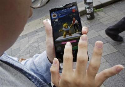 ▲일본 도쿄 거리에서 한 남성이 포켓몬 고 게임을 하고 있다. 도쿄/AP뉴시스