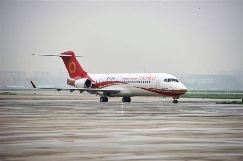 ▲중국 청두항공이 지난해 6월 28일(현지시간) 국산 여객기인 ARJ21의 첫 정식 운항을 마쳤다. 중국 항공당국은 9일 ARJ21 양산 허가를 내줬다. AP뉴시스