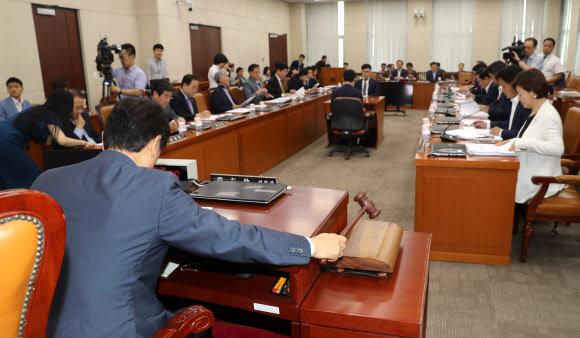 ▲17일 오전 국회에서 열린 안행위 전체회의가 야3당 의원들이 참석한 가운데 유재중 위원장이 개회선언을 하고 있다. 연합뉴스