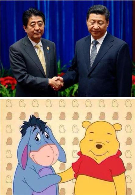 ▲2014년 시진핑 중국 국가 주석(오른쪽)과 아베 신조 일본 총리가 악수하는 장면과 곰돌이 푸와 당나귀 이요와 악수하는 모습과 비교한 모습. 사진=트위터 캡처