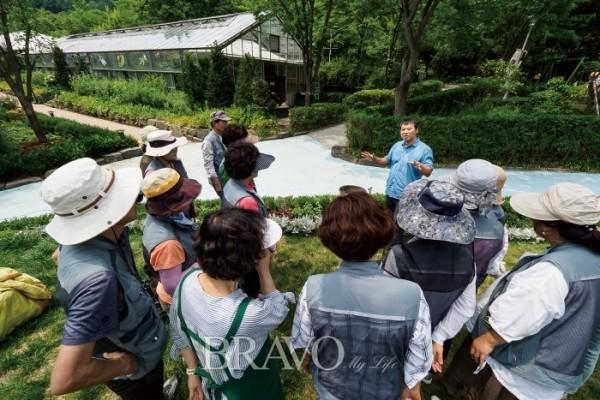 ▲신구대학교 식물원 박종수 과장이 시민정원사 수강생들을 대상으로 실습 교육을 진행하고 있다.
