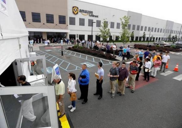 ▲2일(현지시각) 미국 뉴저지주 로빈스빌의 아마존 물류 창고 앞에 길게 줄지어 선 구직자들. 사진=AP연합뉴스