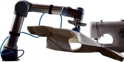 ▲소우보의 로봇 재봉틀이 화학 처리를 해 딱딱해진 천을 집어 들고 재봉질하는 모습. 사진출처:소우보