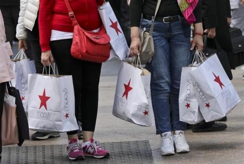 ▲미국 뉴욕 메이시스 백화점 인근에서 쇼핑객들이 메이시스 쇼핑팩을 들고 있는 모습. 사진=AP뉴시스