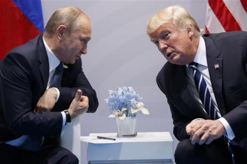 ▲도널드 트럼프 미국 대통령(오른쪽)과 블라디미르 푸틴 러시아 대통령이 지난달 7일(현지시간) 독일 함부르크에서 주요20개국(G20) 정상회의에서 만난 모습. 사진=AP뉴시스
