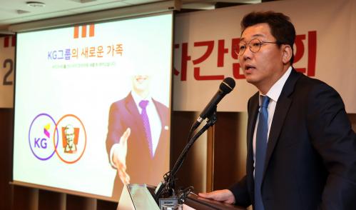 ▲엄익수 KFC코리아 대표가 11일 기자간담회에서 중장기 비전을 밝히고 있다.(KFC)