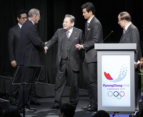 ▲이건희 삼성전자 회장이 2011년 7월 남아공 더반에서 열린 IOC 총회에서 평창 유치위 프리젠테이션이 끝난 뒤 자크 로게 IOC 위원장과 악수하고 있다.(연합뉴스)