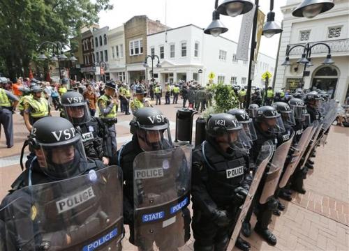 ▲미국 버지니아 주 샬러츠빌에서 12일(현지시간) 백인 우월주의자들의 시위 도중 폭력 사태가 일어난 가운데 주 경찰이 시위 현장 주변을 둘러싸고 경비하고 있다. 샬러츠빌/AP뉴시스