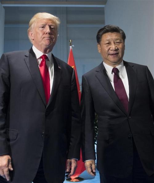 ▲도널드 트럼프(왼쪽) 미국 대통령과 시진핑 중국 국가주석이 7월 8일(현지시간) 독일 함부르크에서 열린 주요 20개국(G20) 정상회의 기간 별도 양자회담을 하기 위해 회담장에 들어서고 있다. 함부르크/AP뉴시스