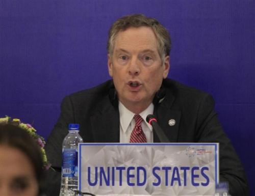 ▲로버트 라이트하이저 미국 무역대표부(USTR) 대표가 지난 5월 21일(현지시간) 베트남 하노이에서 열린 APEC 무역장관 회담 후 기자회견을 하고 있다. 하노이/AP뉴시스