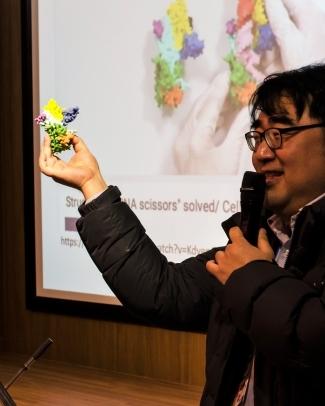 ▲남궁석 충북대학교 교수, 제1회 매드사이언스페스티벌에서 발표하는 모습