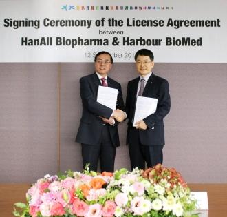 ▲왕징송 하버바이오메드 대표(왼쪽)와 박승국 한올바이오파마 대표