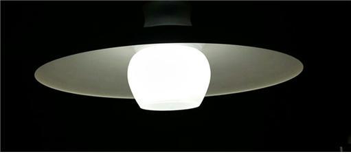 ▲식탁 등을 LED등으로 교체했다. 색깔의 선택이 중요하다(조왕래 동년기자)