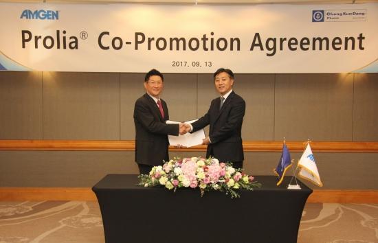 ▲김영주 종근당 대표(왼쪽)와 노상경 암젠코리아 대표