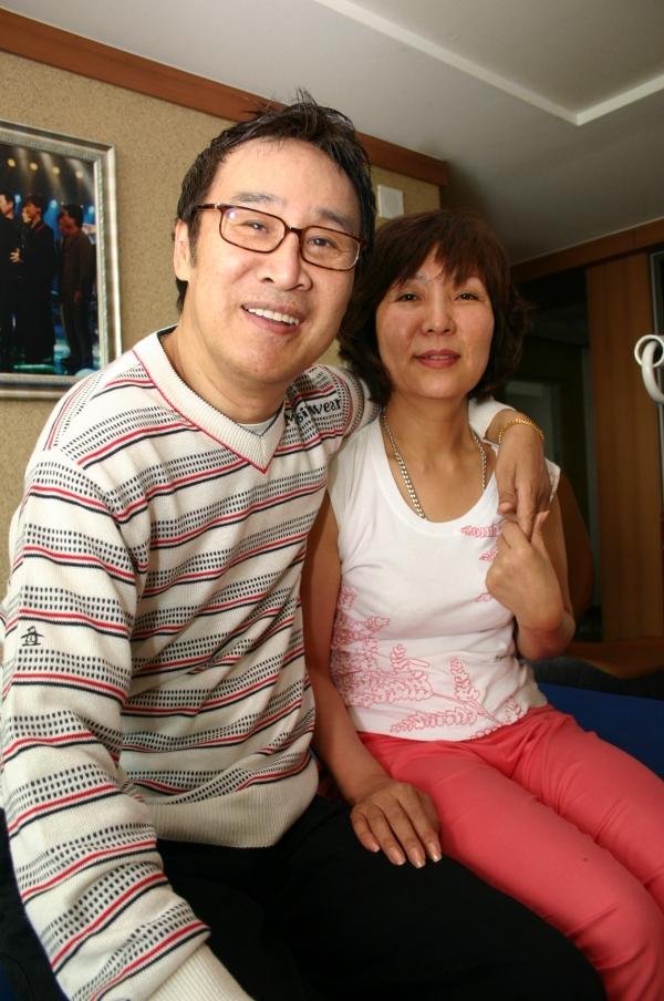 ▲가수 윤희상(왼쪽)과 그의 아내(사진=MBC)