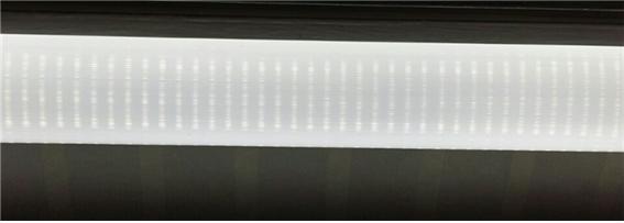 ▲사용하던 형광등기구에LED 등을 부착했다 LED소자가 보인다(조왕래 동년기자)