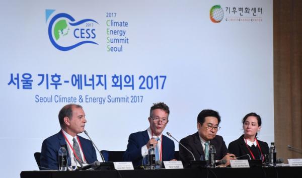 ▲닉 너톨 유엔기후변화협약 대변인이 28일 서울 종로구 포시즌스호텔에서 열린 서울 기후-에너지 회의 2017에서  '새로운 기후경제시대의 위험성과 기회'를 주제로 발표하고 있다. 이동근 기자 foto@(이투데이DB)