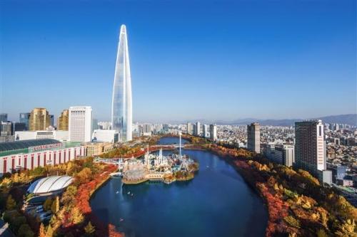 ▲롯데월드타워 전망대 서울스카이에서는 360도로 서울의 단풍을 즐길 수 있다.