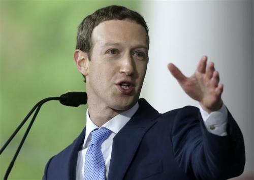 ▲마크 저커버그 페이스북 CEO가 5월 25일(현지시간) 하버드대에서 졸업 축하 연설을 하고 있다. AP뉴시스