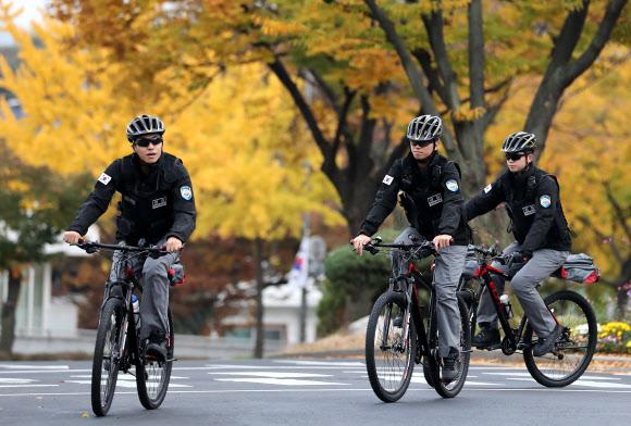 ▲청와대 경호처는 1일 청와대 주변의 효율적이고 국민 친화적인 경비 구현을 위해 '자전거 순찰팀'을 발족했다고 밝혔다. 경찰과 의경 등 10여 명으로 편성된 자전거 순찰팀은 MTB 자전거를 타고 연중 오전 9시부터 오후 6시까지 청와대 주변을 돌며 불법행위 대응·안전사고 예방 등의 활동을 할 계획이다.(연합뉴스)