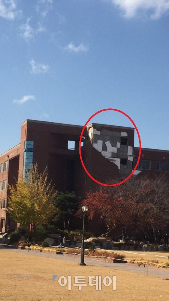 ▲15일 오후 포항에서 규모 5.4 지진이 발생했다. 사진은 지진으로 인해 건물 외벽이 파손된 한동대.(독자제공)