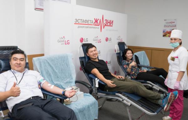 ▲LG전자가 11월 한 달간 국내사업장과 해외 법인에서 헌혈캠페인을 진행하며 기업의 사회적 책임을 적극 실천한다. LG전자 카자흐스탄 법인 소속 직원들이 헌혈을 하며 환하게 웃고 있다.