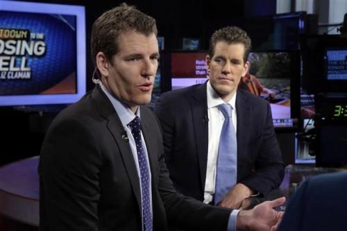 ▲카메론(오른쪽)과 타일러 윙클보스 형제가 3월 10일(현지시간) 뉴욕 폭스뉴스 스튜디오에서 인터뷰를 하고 있다. 이들은 비트코인 초기 투자로 최소 10억 달러 이상을 번 것으로 추정되고 있다. 뉴욕/AP뉴시스