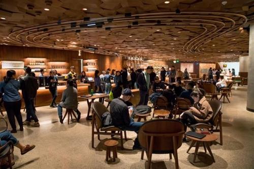 ▲스타벅스가 최근 중국 상하이에 문을 연 세계 최대 매장에 손님이 모여 있다. 제공=스타벅스