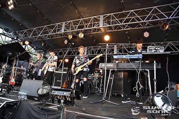 ▲'섬머소닉'에서 공연 중인 보이밴드 데이식스(사진=2017 섬머소닉)