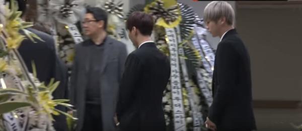 ▲19일 고 샤이니 종현의 빈소가 마련된 서울 아산병원 장례식장을 찾은 워너원 강다니엘 (맨 오른쪽).(출처=마이데일리 영상 캡처)