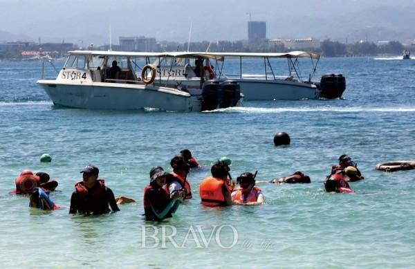 ▲산호가 많은 마무틱 섬(이신화 여행작가)