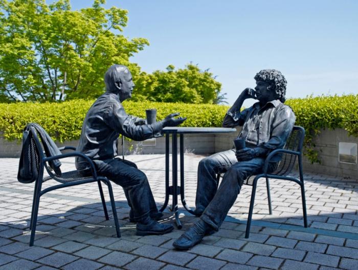 ▲그림 4 제넨테크 캠퍼스 내에 있는 창립자 스완슨과 보이어의 동상. 스완슨은 1990년까지 CEO, 1996년까지 이사회 회장으로 역임하였으나 1999년 뇌종양으로 사망하였다. 보이어는 1991년 55세의 나이로 은퇴하였다.