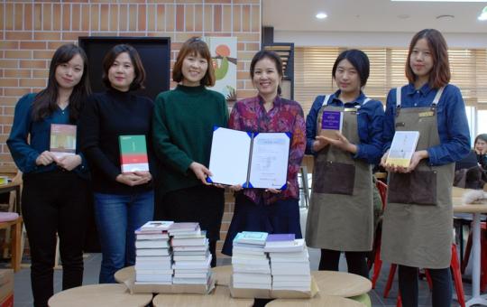 ▲KT스카이라이프 직원들이 '사랑의 책 모으기' 장서 기증을 한 후 기념촬영을 하고 있다.(사진제공= KT스카이라이프)