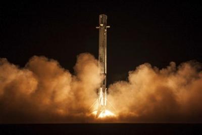 ▲지난 7일(현지시간) 스페이스X가 팰컨9 로켓을 쏘아올렸다. 케이프 커내버럴/AP연합뉴스