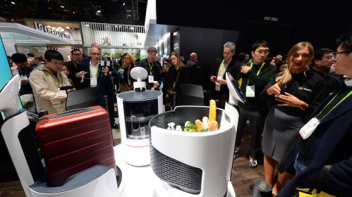 ▲관람객들이 LG전자 부스에서 LG 클로이 로봇 3종을 살펴보고 있다. (사진제공=LG전자)