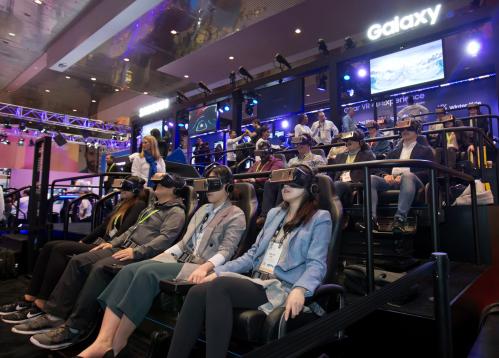 ▲세계 최대 전자 전시회 CES 2018가 개막한 9일(현지시간) 미국 라스베이거스 컨벤션센터(LVCC)의 삼성전자 부스에서 관람객들이 기어 VR을 착용하고 4D 가상현실 체험을 하고 있다.(사진제공=삼성전자)