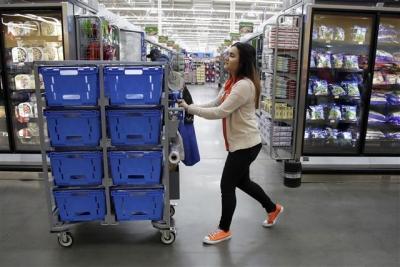 ▲미국 뉴저지 주 올드브릿지의 월마트 매장에서 직원이 물건을 나르고 있다. 뉴저지/AP뉴시스