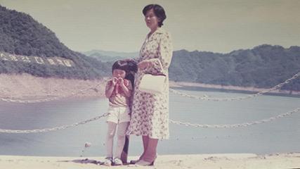 ▲하윤재 감독의 유년시절 어머니와 함께(하윤재 감독 소장 사진)