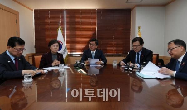 ▲11일 정부서울청사에서 김동연 부총리(가운데) 주재로 경제현안 간담회가 열리고 있다.