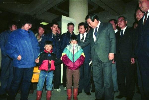 ▲1986년 설날 서울 강남고속버스터미널에 시찰 나온 염보현 서울시장.(서울사진아카이브)