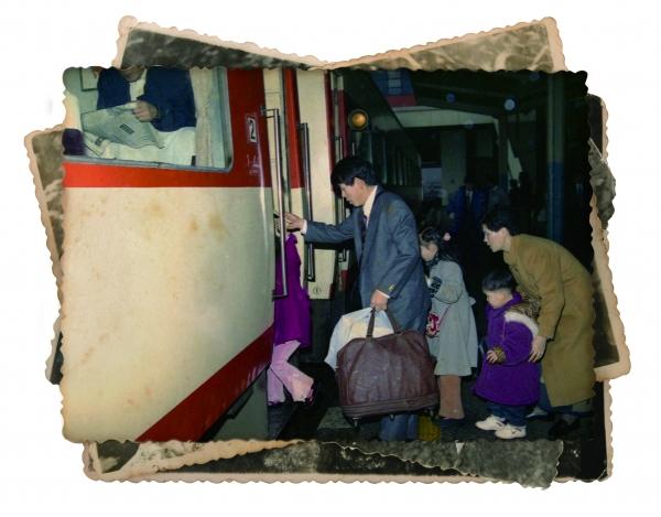 ▲1994년 설 연휴, 고향에 내려가기 위해 기차를 타는 한 가족의 모습.(국가기록원)
